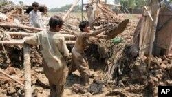 Peshawar ေဒသအနီး ေရႀကီးမႈေၾကာင့္ ပ်က္စီးခဲ့ရတဲ့ လူေနအိမ္တခ်ိဳ႕ (ၾသဂုတ္လ၊ ၂၀၁၀)။