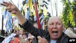 Người biểu tình tụ tập trước Quốc hội Ukraina ở Kyiv để phản đối giá cả tăng cao hệ quả của chính sách kinh tế của chính phủ
