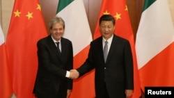 意大利前总理真蒂洛尼与中国国家主席习近平2017年5月16日在北京钓鱼台国宾馆举行双边会谈前握手。(资料照片)