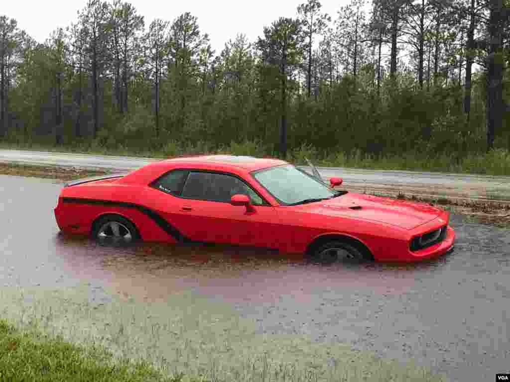 دو روز بعد از بارندگی در کارولینا شمالی بر اثر توفان فلورنس، برخی جاها آب گرفتگی و سیل روی داده است.