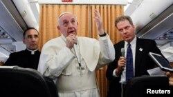 Đức Giáo hoàng trả lời phóng viên trên máy bay từ Cairo quay lại Vatican.