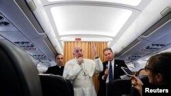 프란치스코 교황이 29일 이집트 방문을 마치고 바티칸으로 돌아가는 기내에서 기자들과 회견하고 있다.