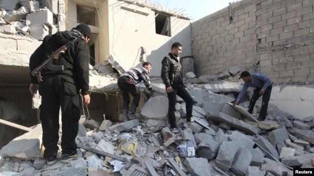31일 정부군의 공격으로 무너진 건물 더미에서 동료의 사체를 찾는 반군 병사들. (자료사진)