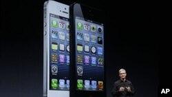 CEO Apple, Tim Cook mengumumkan produk ponsel pintar terbaru iPhone 5 di San Francisco, Rabu (12/9).