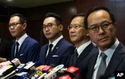 香港四位民主派议员被取消议员资格后在香港立法会与记者见面。(2020年11月11日)