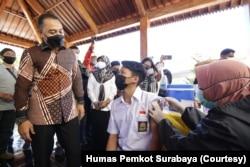 Wali Kota Surabaya Eri Cahyadi, saat meninjau pelaksanaan vaksinasi bagi siswa SMA di Surabaya. (Foto: Courtesy/Humas Pemkot Surabaya)