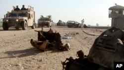Lực lượng an ninh Afghanistan tại hiện trường sau một vụ tấn công tự sát. Phiến quân Taliban thường dùng những vụ nổ bom ven đường để tấn công các lực lượng chính phủ.