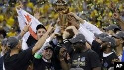 Los jugadores de los Golden State Warriors celebran su segundo título en los últimos tres años, al derrotar a Cleveland en la final de la NBA.