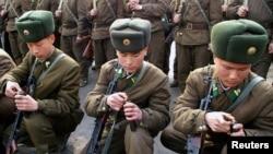 북한 관영 조선중앙통신이 지난 3월 공개한 북한군 사격 훈련 모습. (자료사진)