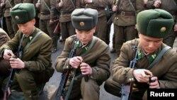지난 3월 북한 관영조선중앙통신이 공개한 북한군 사격훈련 모습. (자료사진)