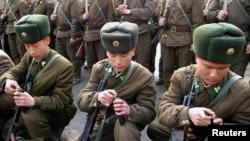 Eğitim sırasında silahlarını dolduran Kuzey Kore askerleri