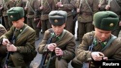 Tentara Korea Utara menghadiri pelatihan militer di Pyongyang, 7 Maret 2013. (REUTERS/KCNA). Korut mengancam akan melancarkan serangan nuklir terhadap Amerika di saat PBB bersiap mengadakan pemungutan suara terkait sanksi sebagai tanggapan uji nuklir Pyongyang baru-baru ini, Kamis (7/3).