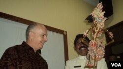 Walikota Solo FX Hadi Rudyatmo memberikan cenderamata wayang kepada Dubes AS Joseph R. Donovan di Solo (19/1). (VOA/Yudha Satriawan)