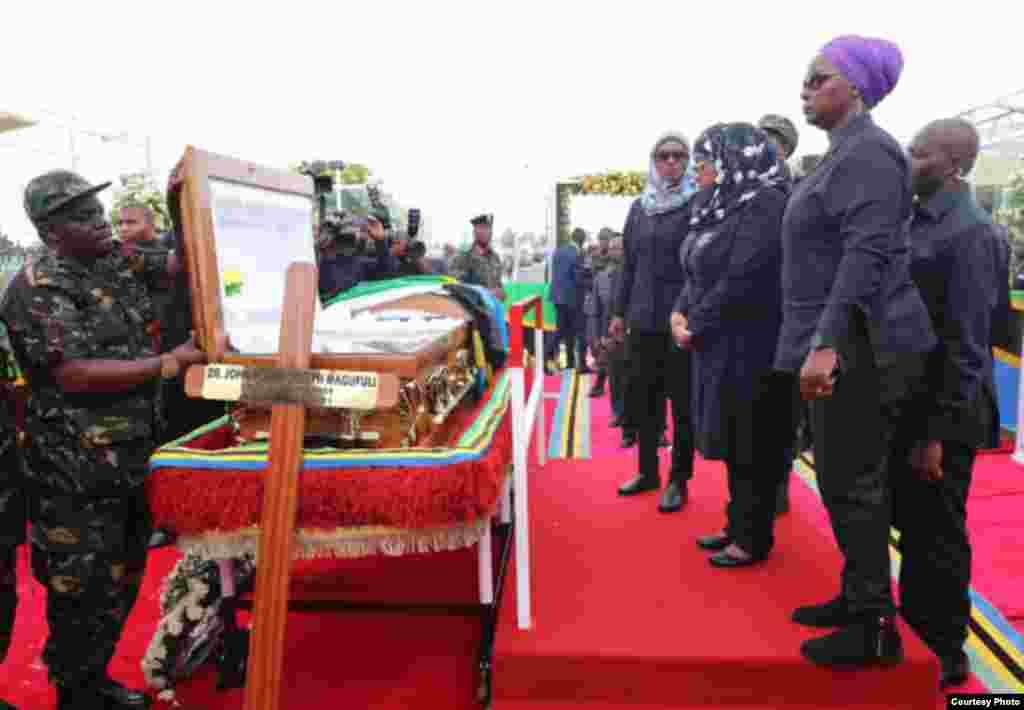 Rais wa Tanzania Samia Suluhu Hassan akiuaga mwili wa hayati John Pombe Magufuli