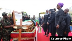 Rais wa Tanzania Samia Suluhu Hassan akiuaga mwili wa hayati John Pombe Magufuli. Picha na Ikulu.