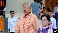 """Tổng thống Myanmar Htin Kyaw cho biết ông Htin Kyaw ký lệnh này với mục tiêu """"hòa giải trên cả nước"""" nhân khởi đầu năm mới của Phật giáo."""