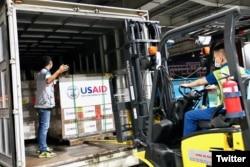 Đưa lô hàng lên xe tải. Ảnh USAID Vietnam Twitter.