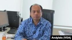 Kepala Pusat Data Informasi dan Humas BNPB Sutopo Purwo Nugroho di ruang kerjanya kantor BNPB Jakarta kamis 22 Desember 2016. (Foto: VOA/Andylala)