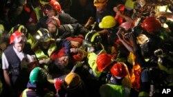 지난 30일 네팔 카트만두의 지진으로 무너진 건물에서 한 여성이 극적으로 구조됐다.