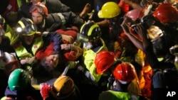 Một trong hai người được cứu sống hôm qua, sau khi bị kẹt trong các đống đổ nát suốt 5 ngày qua.