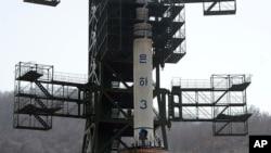 지난 2012년 4월 북한 '은하3호' 장거리 로켓이 발사를 앞두고 동창리 발사대에 세워져 있다. (자료사진)