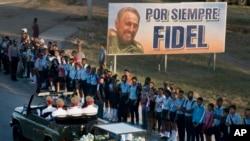 Le cortège funèbre du défunt dirigeant cubain Fidel Castro effectue son dernier voyage vers le cimetière de Santa Ifigenia à Santiago, Cuba dimanche 4 décembre 2016.