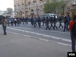2012年5月莫斯科的反普京示威中,警察驱散示威者。