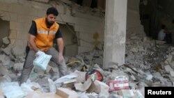 지난 4월 시리아 반군이 점령하고 있는 알레포 인근 지역에 공습이 있은 후 적신월사 직원이 의약품 창고에서 남은 물품을 수거하고 있다. (자료사진)