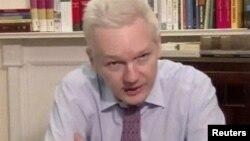 Julian Assange habló en una teleconferencia desde la embajada de Ecuador en Londres, tras el discurso del presidente Obama ante la Asamblea General de la ONU.