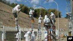 日本工人试图修复福岛核电厂的电缆