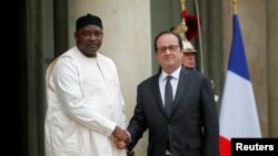 Le président François Hollande et son homologue Adama Barrow à l'Elysée, à Paris, France, le 15 mars 2017.
