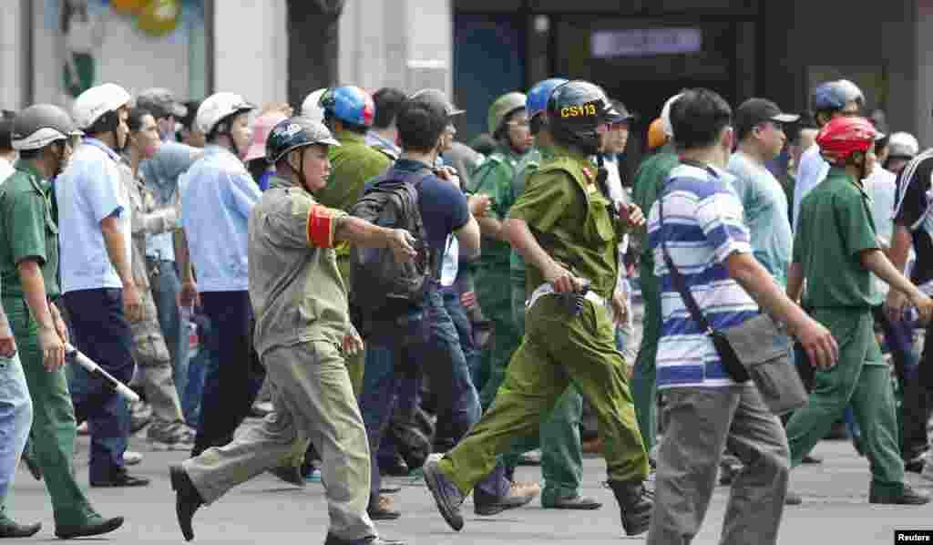 Công an, dân phòng bao vây người biểu tình khi họ tuần hành trong cuộc biểu tình chống Trung Quốc ở TPHCM, ngày 18/5/2014.