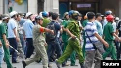 Polisi Vietnam di Ho Chi Minh berusaha mencegah perusakan oleh massa dalam demo anti China (foto: dok).