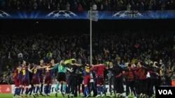 Para pemain Barcelona bergembira setelah bermain imbang 1-1 dengan Real Madrid di stadion Camp Nou hari Selasa dan lolos ke final Liga Champions.