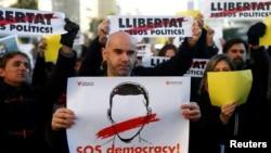 西班牙民眾舉行支持加泰羅尼亞獨立的集會,要求釋放被關押在巴塞羅那的六名政界人士。(2017年12月4日)