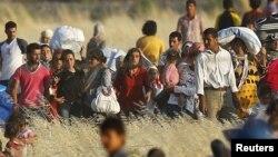 지난달 26일 시리아 쿠르드족 난민들이 터키 국경으로 이동하고 있다.