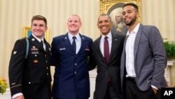 El presidente Obama posa con el guardia nacional, Alek Skarlatos, el recluta Anthony Sadler y el civil Anthony Sadler en la Casa Blanca.