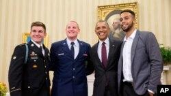 Hạ sĩ không quân Spencer Stone, (đứng thứ 2 từ trái sang) được Tổng thống Barack Obama vinh danh anh hùng cùng 2 người khác tại Phòng Bầu dục ở Tòa Bạch Ốc ngày 17/9/2015.