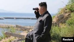 Lãnh tụ Kim Jong Un trong thị sát tiền đồn quân sự trên đảo Ung ngoài khơi Bắc Triều Tiên. Ảnh do thông tấn xã KCNA đưa ra ngày 7/7/2014.