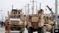 Cảnh sát Afghanistan và binh sĩ Mỹ phản ứng trước vụ tấn công tự sát bằng xe cài bom trên một con đường trong thủ đô Kabul, Afghanistan