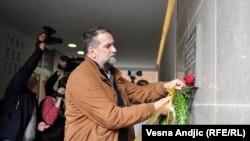 Vukašin Obradović, predsednik NUNS polaže venac na mestu Ćuruvijinog ubistva (Vesna Andjic (RFE/RL)