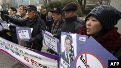 Các nhà hoạt động biểu tình phản đối các biện pháp chế tài Iran trước Bộ ngoại giao Nam Triều Tiên ở Seoul, ngày 17/1/2012