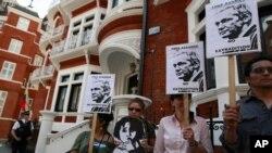 Manifestantes protestan frente a la embajada ecuatoriana en Londres, donde el fundador de WikiLeaks, Julian Assange, solicitó asilo.