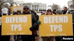 Manifestantes protestan el anuncio de terminación del TPS para los salvadoreños frente a la Casa Blanca.