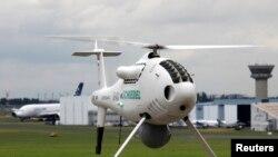 မွတ္တမ္းဓာတ္ပံု - Schiebel ရဲ႕ Camcopter ကို ၄၈ ႀကိမ္ေျမာက္ ပါရီ Air Show မွာ ေတြ႔ရစဥ္။ ( ဇြန္လ ၁၈, ၂၀၀၉ -REUTERS/Pascal Rossignol (FRANCE TRANSPORT BUSINESS)