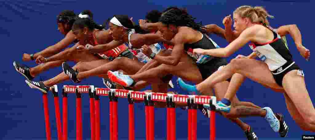 영국 런던 스타디움에서 열린 다이아몬드 리그에서 여자 선수들이 100m 허들 결승전 경기를 하고 있다.