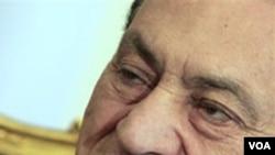 Mantan Presiden Mesir Hosni Mubarak, yang kini dirawat di rumah sakit di mana ia masih harus menjawab pertanyaan para penyidik.