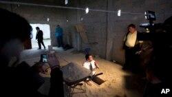 """Seorang wartawan melaporkan dari pintu keluar terowongan yang menurut pihak berwenang digunakan gembong narkoba Joaquin """"El Chapo"""" Guzman untuk melarikan diri dari penjara Altiplano di Almoloya, bagian barat Mexico City (14/7)."""