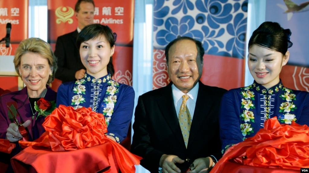 海航集团董事长陈峰(右二)和美国华盛顿州州长克里斯·格雷戈尔在西雅图-塔科马国际机场剪彩,庆祝北京和西雅图之间开始客机直飞(2008年6月9日)