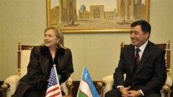 هیلاری کلینتون، وزیر امور خارجه آمریکا به همراه اسلام کریم اوف، رییس جمهوری ازبکستان